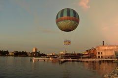 Летание воздушного шара на красивой предпосылке захода солнца в озере Buena Vista стоковые изображения