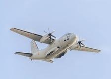 Летание в голубом небе, воздушное судно самолета C-27-J спартанское, изолированное, близкое поднимающее вверх Стоковое Изображение