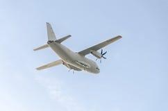 Летание в голубом небе, воздушное судно самолета C-27-J спартанское, изолированное, близкое поднимающее вверх Стоковая Фотография