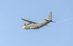 Летание в голубом небе, воздушное судно самолета C-27-J спартанское, изолированное, близкое поднимающее вверх Стоковые Изображения