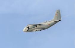 Летание в голубом небе, воздушное судно самолета C-27-J спартанское, изолированное, близкое поднимающее вверх Стоковые Фото