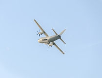 Летание в голубом небе, воздушное судно самолета C-27-J спартанское, изолированное, близкое поднимающее вверх Стоковая Фотография RF