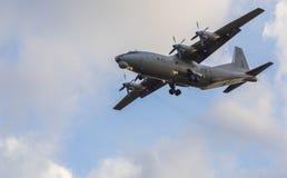 Летание AN-12 в небе Стоковое Изображение
