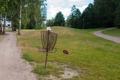 Летание диска Frisbee в воздухе к цели стоковая фотография rf