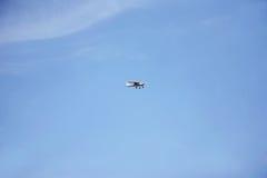 Летание легкого воздушного судна в голубом небе Стоковые Фото