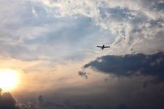 Летание легкого воздушного судна в небе на заходе солнца Стоковые Фотографии RF