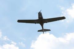 Летание легкого воздушного судна один двигателя в небе Стоковые Фото