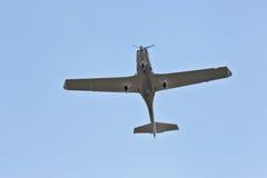 Летание легкого воздушного судна один двигателя в небе Стоковая Фотография RF