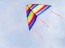 Летание змея ветра в голубом небе Стоковые Фотографии RF