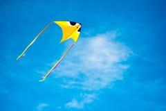 Летание змея в голубом небе Стоковое Изображение