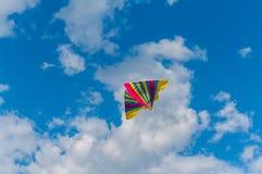 Летание змея в небе стоковая фотография