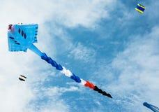 Летание змея длинного хвоста в облачном небе Стоковая Фотография