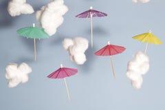 Летание зонтика в небе Стоковое фото RF