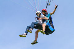 Летание инструктора и параплана в небе Стоковое Фото