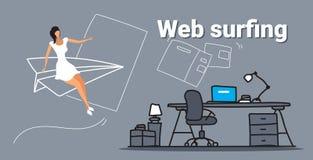 Летание коммерсантки на самолете бумаги просматривая бизнес-леди концепции онлайн сети занимаясь серфингом используя браузер комп бесплатная иллюстрация