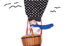 Летание младенца в использующем горячем воздух воздушном шаре стоковое фото