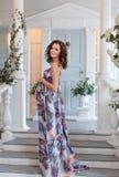 Летание младенца красивой девушки брюнет беременное ждать в purp Стоковые Изображения RF