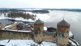 Летание над видео Olavinlinna древней крепости воздушным Savonlinna, Финляндия видеоматериал