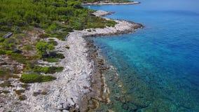 Летание над голубым морем и красивым побережьем сток-видео