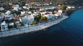 Летание над домами Methana и плавать Марина yaht в Эгейском море видеоматериал