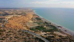 Летание над заливом Episkopi и стадионом и археологическими раскопками Kourion r сток-видео