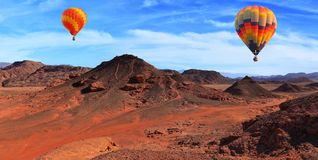 Летание над каменистой пустыней стоковое изображение rf