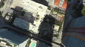 Летание над небоскребами в городе Антенны сняли с трутнем в 4k видеоматериал