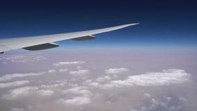 Летание над облаками на авиалайнере пассажира красивый большой белый плоский максимум летая над землей сток-видео