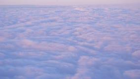 Летание над пинком и голубое cloudscape выглядят как снег на красивом заходе солнца акции видеоматериалы