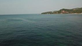 Летание над поверхностью воды залива Сиама сток-видео