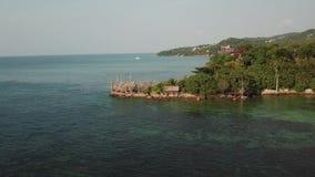 Летание над поверхностью воды залива Сиама видеоматериал