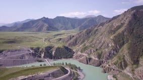 Летание над реками и горами от взгляда глаза птицы Неимоверно красивая смесь рек в гористых местностях сток-видео