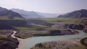 Летание над реками и горами от взгляда глаза птицы Неимоверно красивая смесь рек в гористых местностях видеоматериал