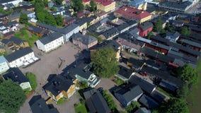 Летание над центральной площадью старого видео Porvoo воздушного Porvoo, Финляндия акции видеоматериалы