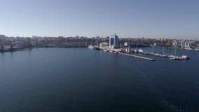 Летание на вышеуказанном промышленном морском порте с контейнеровозами и гостинице на побережье Чёрного моря против голубого неба видеоматериал