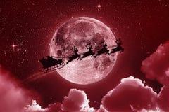 Летание на небе - красный цвет Санта Клауса Стоковые Изображения