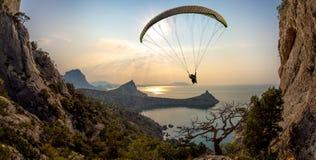 Летание на paraplane стоковые фотографии rf