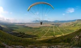 Летание на paraplane стоковые изображения
