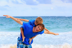 Летание отца и сына на пляже стоковые фотографии rf