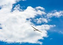 Летание планера в небе блю с большими белыми облаками Стоковые Изображения