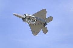 Летание реактивного истребителя хищника Военно-воздушных сил США F-22A Стоковые Фото