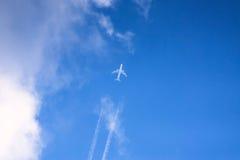 Летание реактивного самолета на небе стоковая фотография rf