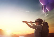 Летание ребенка на воздушных шарах стоковое фото rf