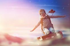 Летание ребенка на чемодане стоковые фотографии rf