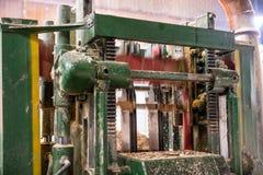 Летание древесины и опилк sawing машины Стоковое фото RF