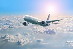 Летание самолета пассажира над облаками Взгляд от самолета окна к изумительному небу на заходе солнца стоковые фото