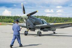 Летание самолета mk XVI spitfire авиасалона Стоковые Фотографии RF