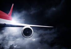 Летание самолета в бурном небе Мультимедиа Мультимедиа иллюстрация штока