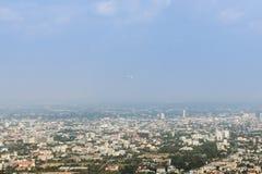 Летание самолета над городком Chiangmai стоковое изображение