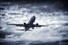 Летание самолета надземное стоковое изображение rf